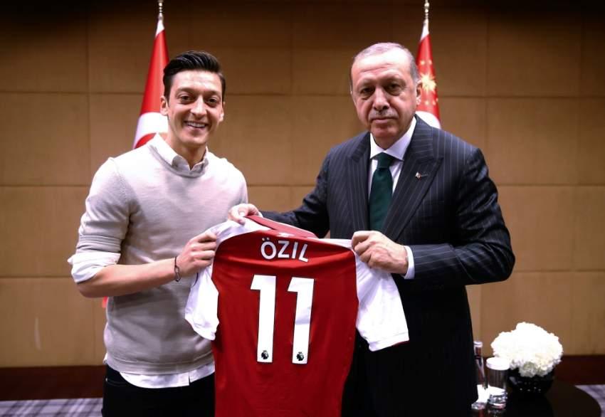 مسعود أوزيل مع أردوغان في مايو 2018. (أ ف ب)