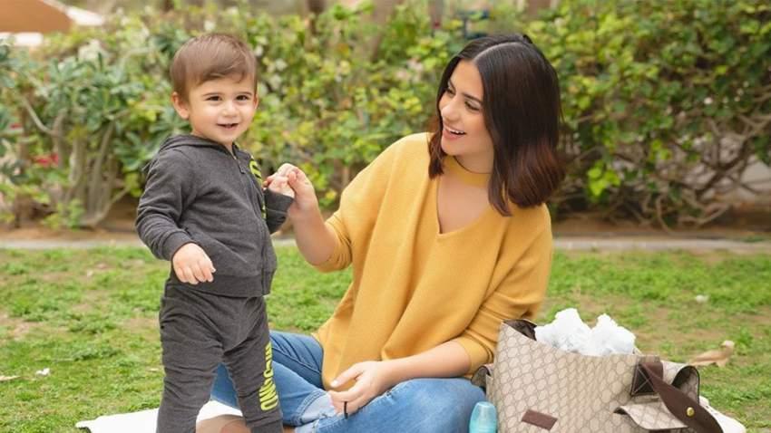 ديما الأسدي مع ابنها