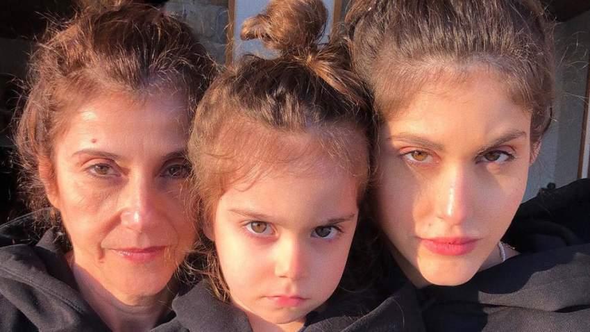 نور عريضة مع والدتها وابنتها