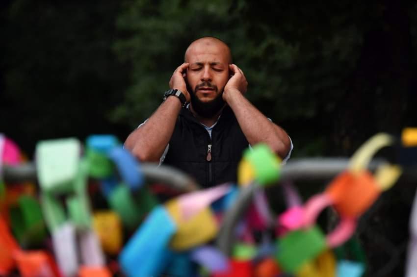 مسلم يؤدي الصلاة بالقرب من مسجد النور حيث قضى 50 شخصاً على يد منفذ الهجوم الإرهابي الجمعة الماضية