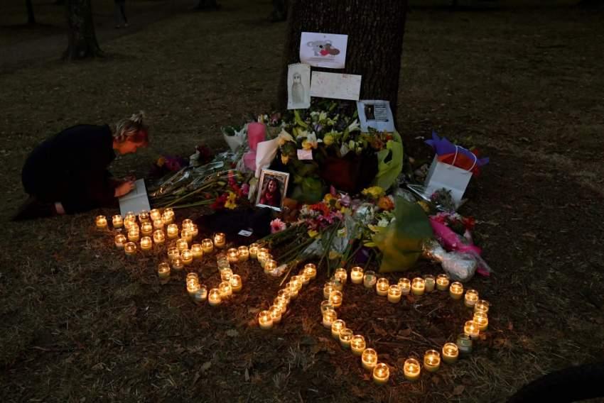 سكان المنطقة حريصون على وضع أكاليل الزهور والشموع لضحايا المجزرة التي هزت مدينة كريستيشرج