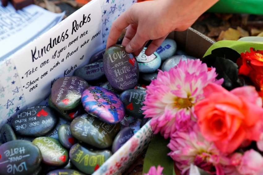 رسائل حب وسلام نُقشت على الأحجار بالقرب من مسجد النور