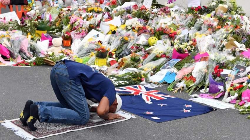 مصلٍّ آخر يؤدي الصلاة بالقرب من مكان الحادث