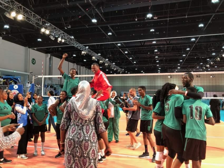 لاعبي المنتخب السوداني يحملون مدربهم على الأكتاف