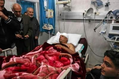 القيادي في فتح عاطف أبوسيف في المشفى عقب محاولة اغتياله. (أ ف ب)