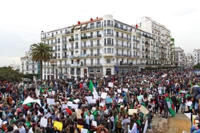 المحتجون في شوارع الجزائر امس (أ ف ب)