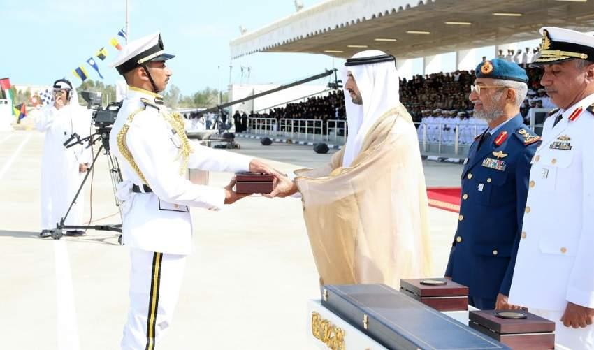 حمدان بن محمد خلال حضوره حفل تخريج كلية راشد بن سعيد آل مكتوم البحرية في منطقة الطويلة. (وام)