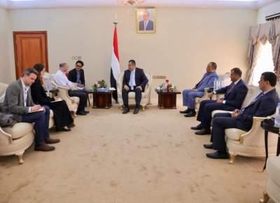 رئيس الوزراء اليمني خلال لقائه رئيس مجموعة الأزمات الدولية. (الرؤية)