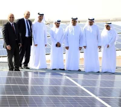 الزيودي خلال الاطلاع على محطة الطاقة الشمسية الخاصة. (الرؤية)