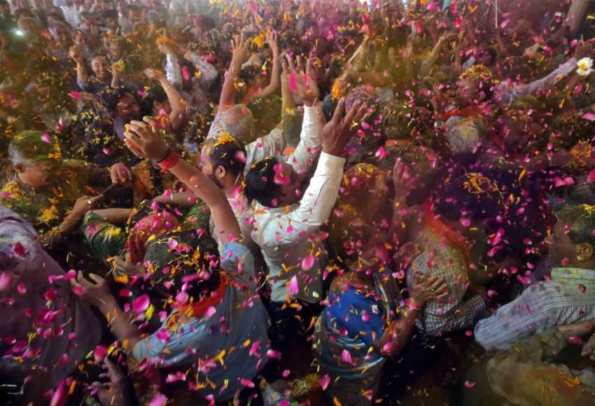 يحتفل الهندوس بين أواخر فبراير وشهر مارس ببداية فصل الربيع بالألوان، وهذا جانب من الاحتفالات في أحمد أباد