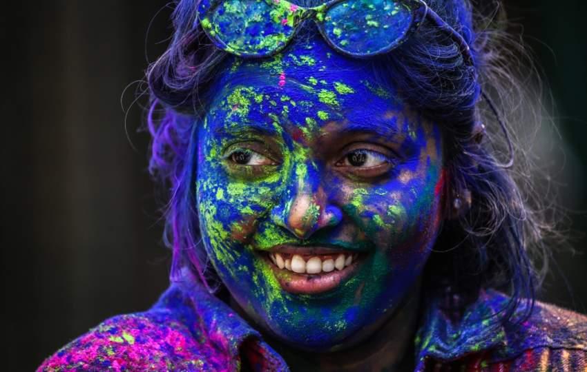 يحيي الهنود هذه المناسبة بالرقص والغناء وإلقاء الألوان على بعضهم