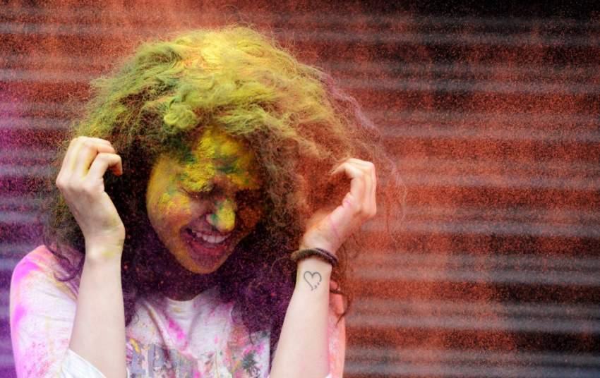 فتاة هندية تحتفل بمهرجان هولي