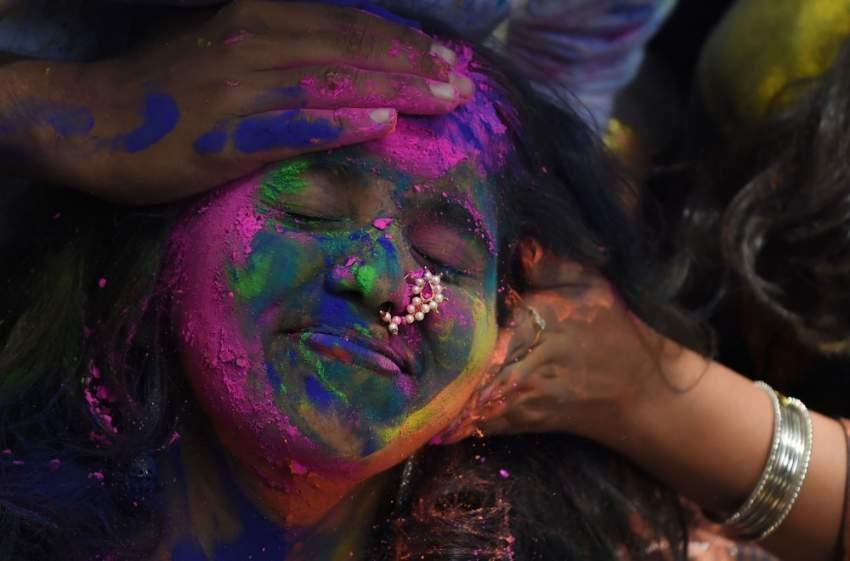 فتاة هندية تستسلم لمهرجان الألوان