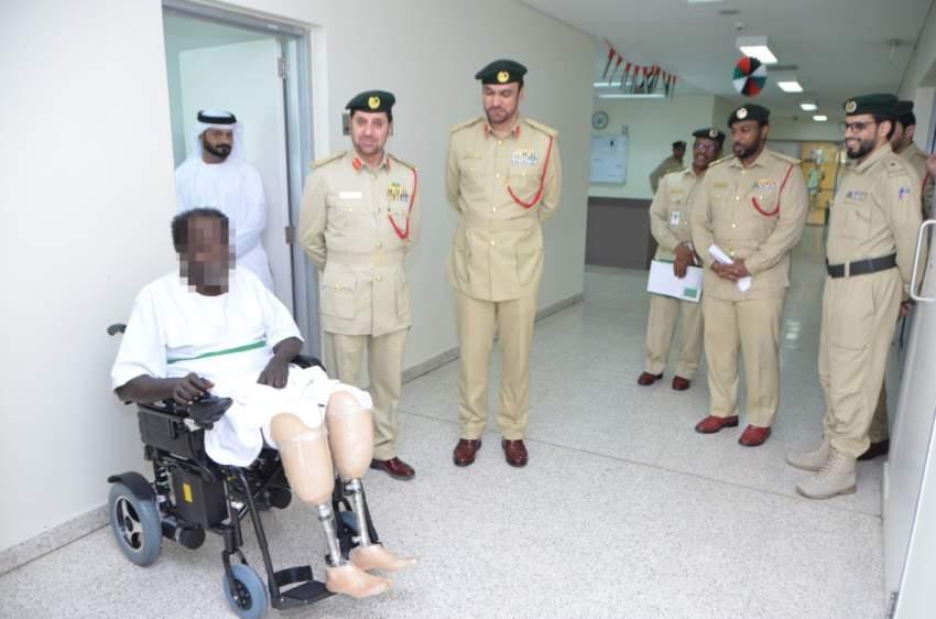 خلال تقديم شرطة دبي الكرسي والأطراف للنزيل. (الرؤية)