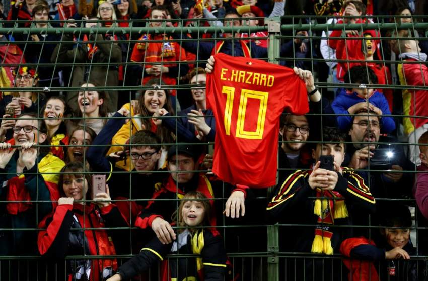 مشجعو بلجيكا يرفعون قميص إدين هازار