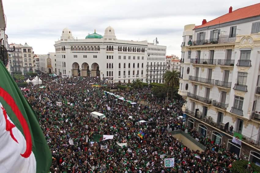 مئات آلاف المتظاهرين وسط العاصمة الجزائر