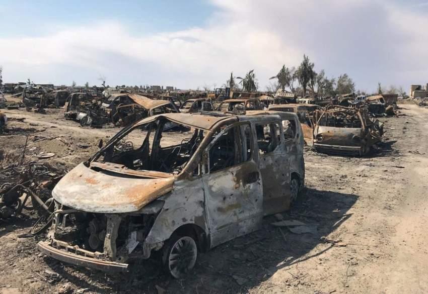 مركبات محترقة في آخر موقع لداعش. (رويترز)
