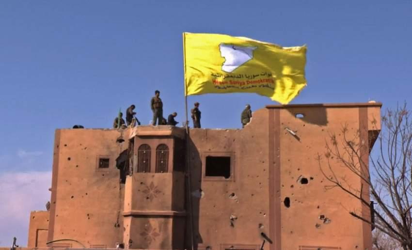 علم قوات سوريا الديمقراطية في الباغوز. (أ ف ب)