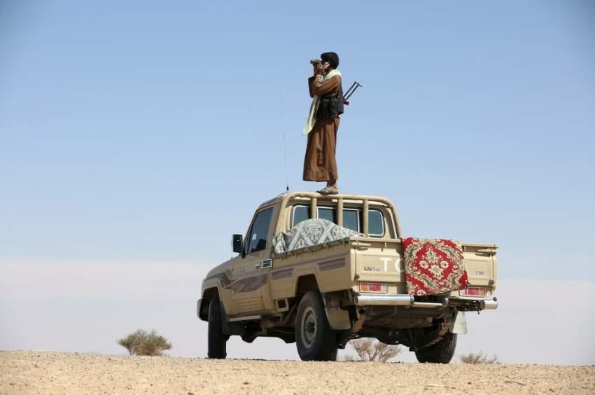 مقاتل من قوات الشرعية اليمنية يراقب تحركات الانقلابيين. (رويترز)