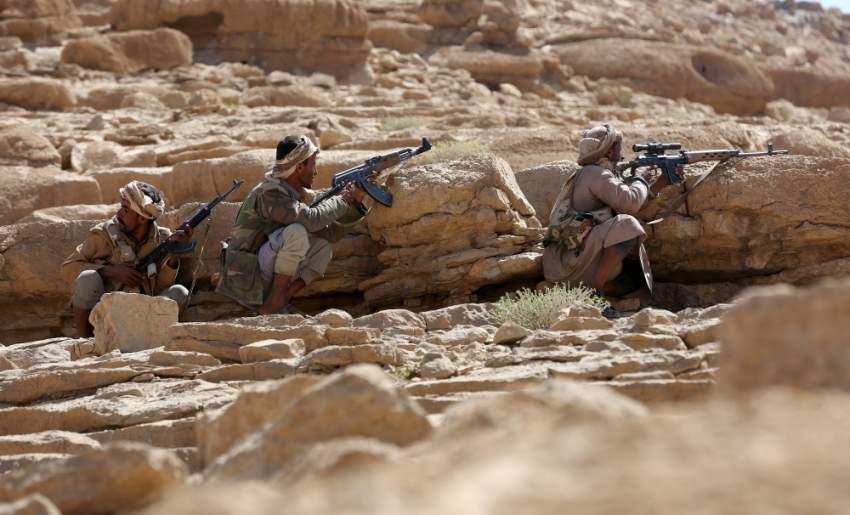 مقاتلون من قوات الشرعية اليمنية قرب صنعاء. (رويترز)