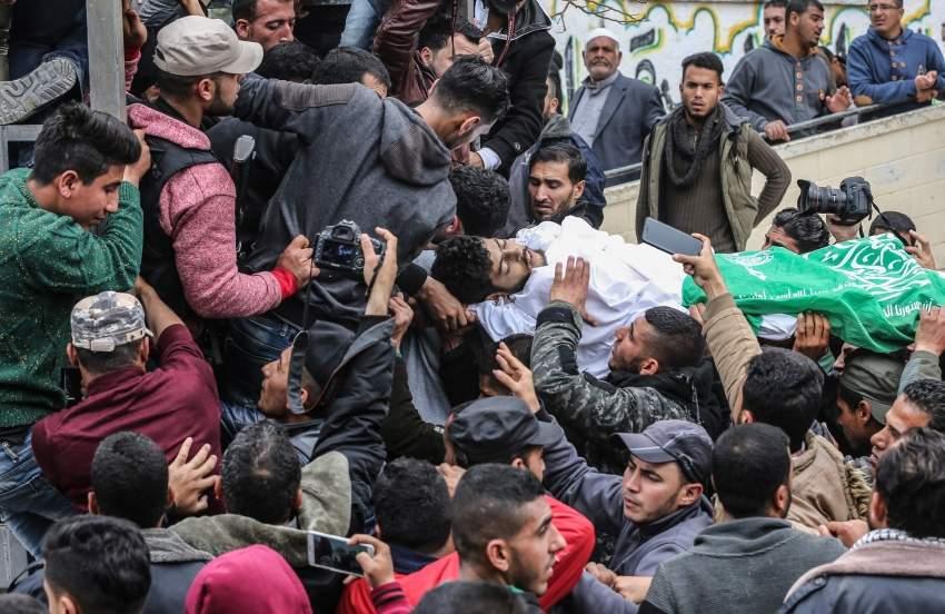 فلسطينيون يشيعون جثمان الشهيد حبيب المصري شمالي قطاع غزة. (أف ب)