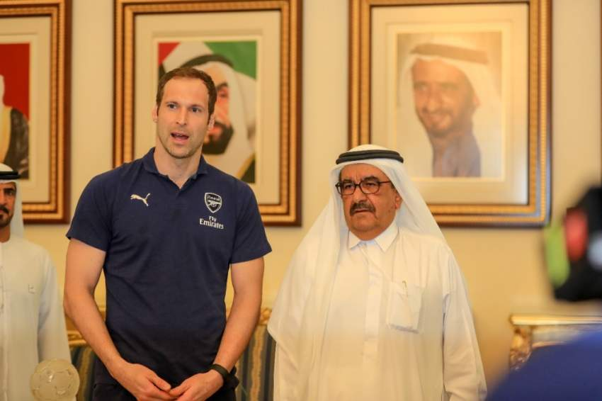 جانب من استقبال حمدان بن راشد للاعبي أرسنال.