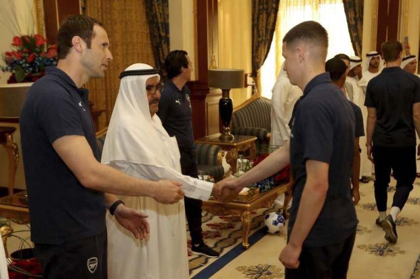 حمدان بن راشد يتلقى قميص أرسنال الإنجليزي من اللاعب مسعود أوزيل في دبي. (الرؤية)