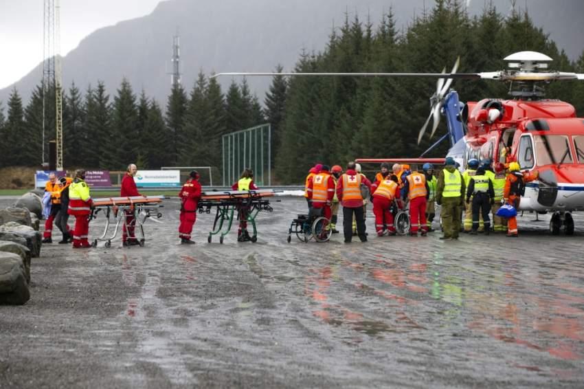فرق الإنقاذ أثناء نقل الركاب جواً من السفينة السياحية المعطلة قبالة الساحل النرويجي. (إي بي أيه)