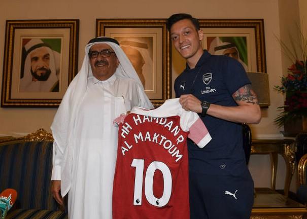 أرسنال الإنجليزي يهدي رئيس نادي النصر الإماراتي القميص رقم 10