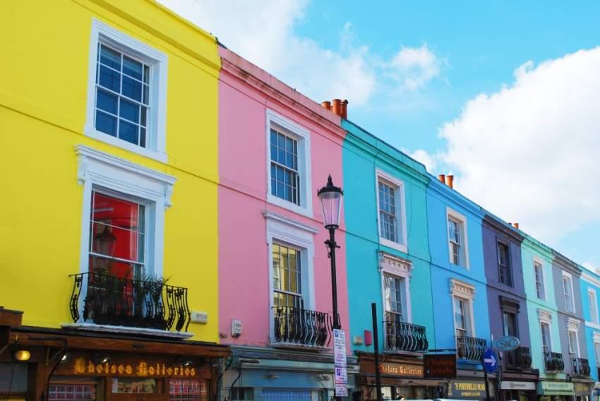 سوق بورتوبيللو بأبنيته الملونة