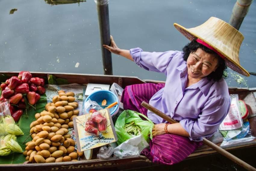 النساء التايلنديات في السوق العائم