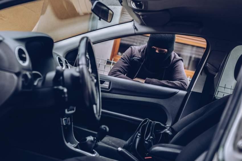«متلصص السيارات» بقبضة شرطة دبي