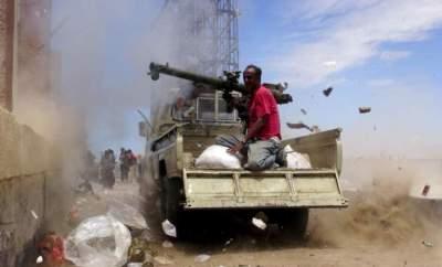 مقاتلون من قوات الشرعية اليمنية خلال مواجهات مع الحوثيين في تعز. (رويترز)