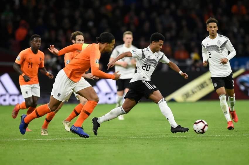 جانب من مباراة هولندا وألمانيا. (أ ف ب)