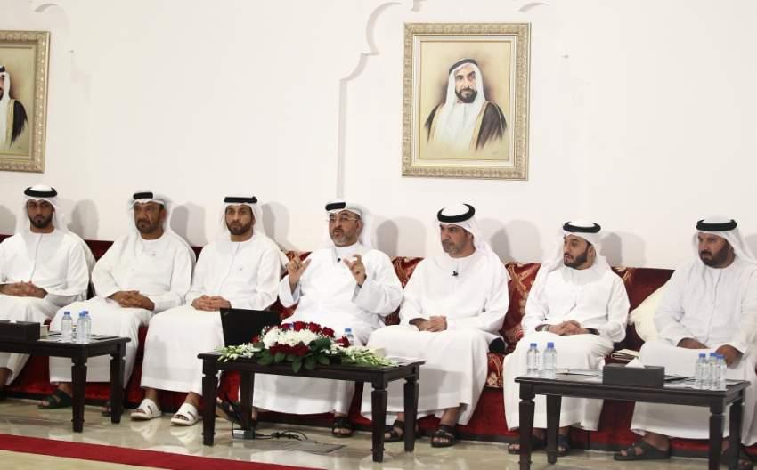 حمد الغافري متحدثاً خلال المحاضرة في مجلس محمد خلف بأبوظبي. (الرؤية)