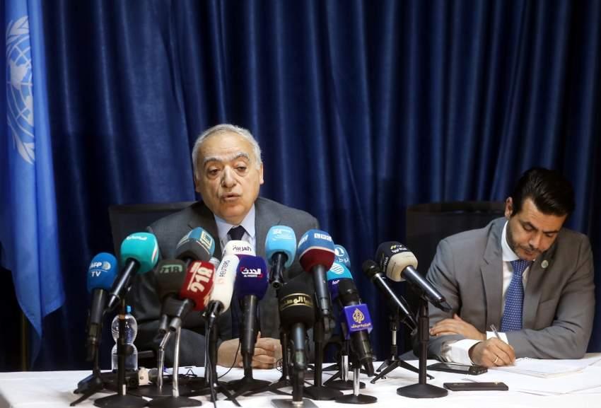 غسان سلامة يلقي خطاب في مقر البعثة الأممية في طرابلس. (أف ب)