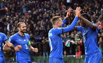 نجم المنتخب الإيطالي الصاعد مويز كين (الثاني يساراً) خلال مباراة فنلندا. (رويترز)