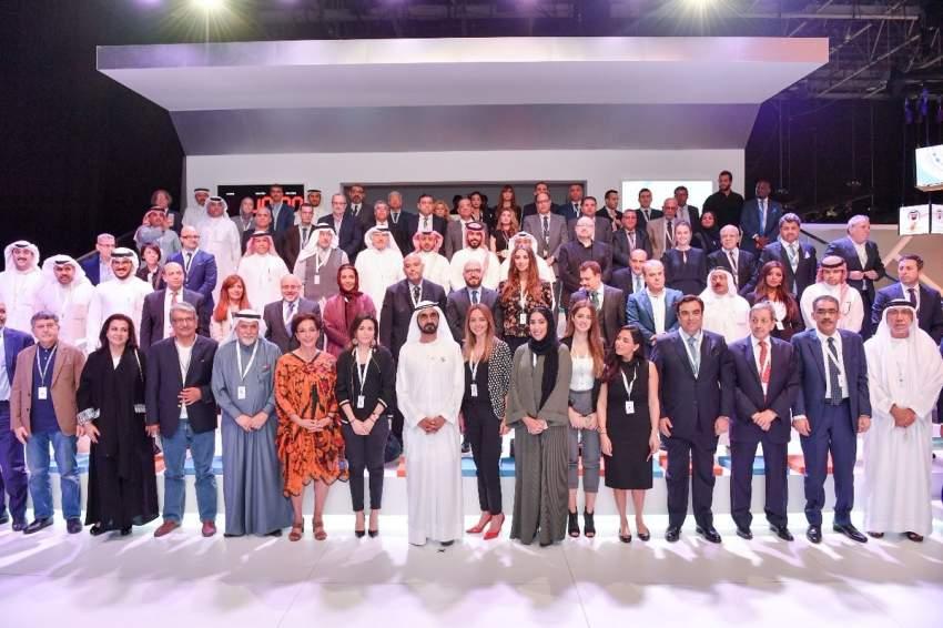 صاحب السمو الشيخ محمد بن راشد آل مكتوم في صورة جماعية مع الإعلاميين المشاركين في منتدى الإعلام العربي.