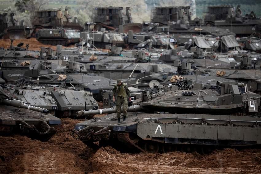 دبابات إسرائيلية قرب الحدود مع غزة. (رويترز)