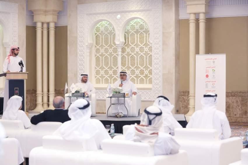 عبدالعزيز المسلم (يميناً) خلال الكشف عن تفاصيل أيام الشارقة التراثية. (الرؤية)
