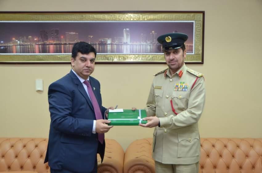 القنصل الباكستاني ومدير «عقابية دبي» يتبادلان الدروع والهدايا التذكارية. (الرؤية)