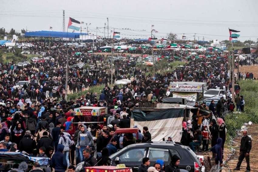 فلسطينيون في مظاهرة على حدود غزة في ذكرى مسيرات العودة. (أ ف ب)