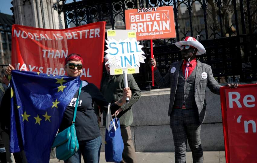 متظاهرون ضد «بريكسيت» أمام البرلمان البريطاني في لندن. (رويترز)