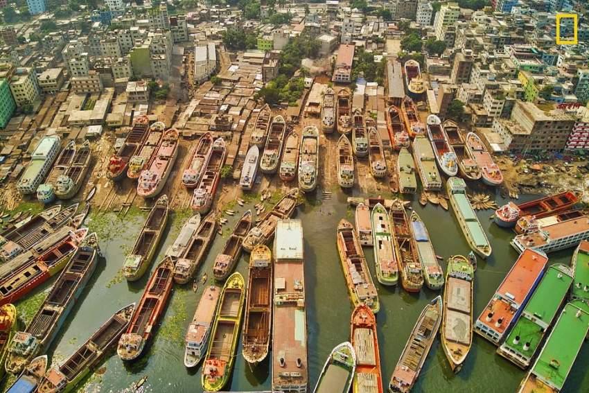 زوارق النقل .. نحو 500 قارب تستخدم في نقل البضائع في دكا ـ بنغلاديش (تصوير: Azim Khan Ronnie)