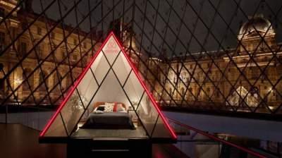 تم بناء هرم اللوفر الأيقوني الذي يحيط بالمتحف في عام 1989، ورحب بـ 10.2 مليون زائر العام الماضي