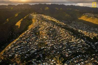 غروب بين سلسة الجبال .. مدينة هنولولو. (تصوير: Aya Okawa)