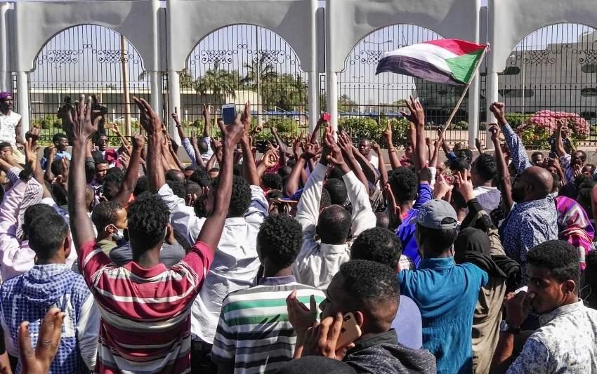 متظاهرون سودانيون في الخرطوم. (أ ف ب)