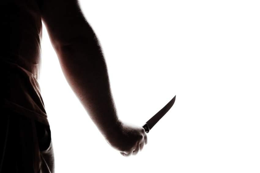 الحبس 3 أعوام والإبعاد لـ 8 متهمين قتلوا شخصاً في الطريق العام طعناً بالسكين