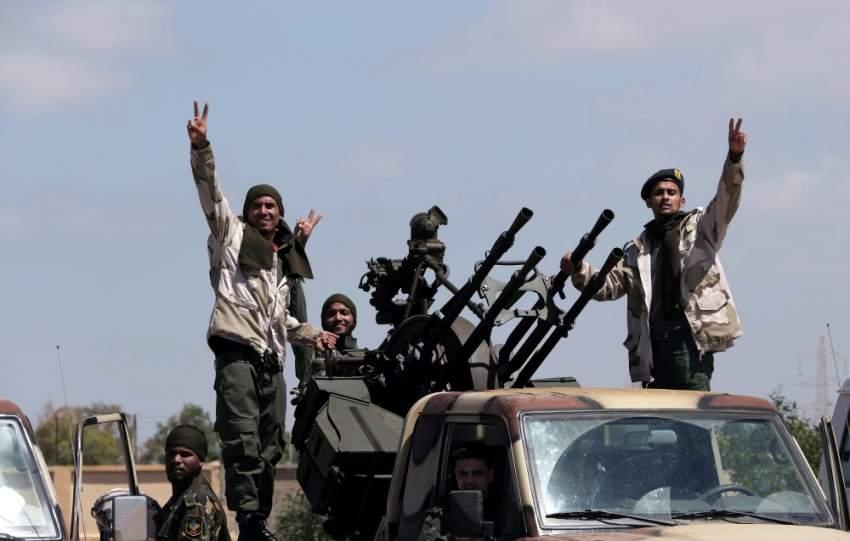 مقاتلون من الجيش الوطني الليبي قرب طرابلس. (رويترز)