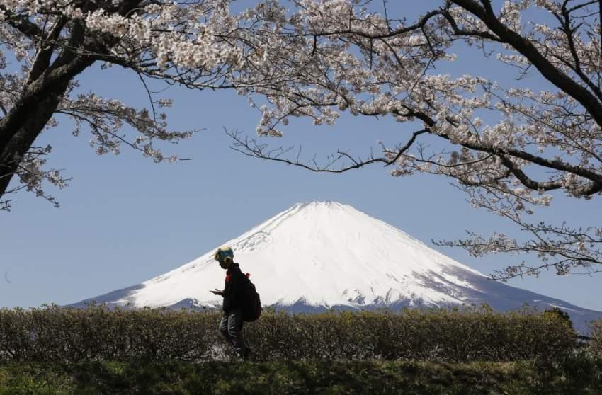 يعتبر جبل فوجي من أحد أبرز المعالم الجغرافية في اليابان حيث يبلغ ارتفاع جبل فوجي 3776 متر ويحيط به خمس بحيرات